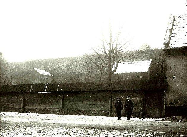 MĚSTSKÁ HRADBA s vodním příkopem na unikátní fotografii z 80. let 19. století.