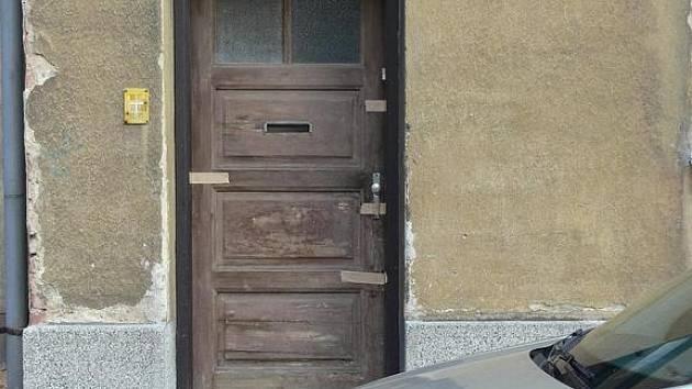 V tomto domě tlelo tělo důchodce minimálně 11 dní, než jej objevili přivolaní policisté.