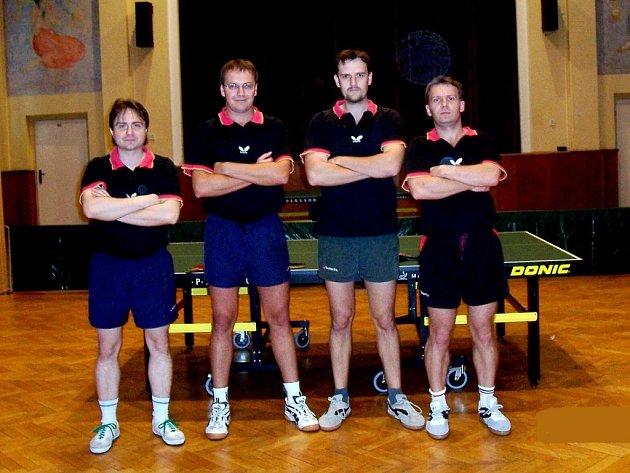 Čtveřice frenštátských stolních tenistů (zleva) Julius Kantor, Josef Krajčí, Jaroslav Neuwirth a Roman Lorenc bojovala i letos pod hlavičkou A týmu v divizi. Před sebe pustila jen čtyři týmy.