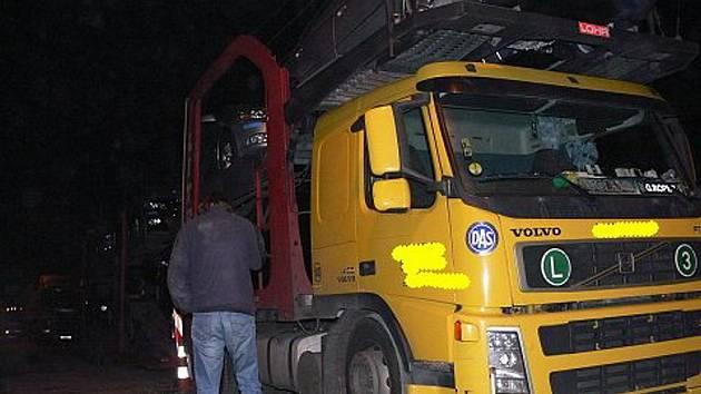 Neopatrný řidič kamionu, který najel na kanál, totálně omezil průjezd Odrami po silnici I/47 mezi Bělotínem a Fulnekem.