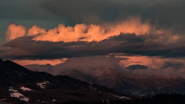 Slunce, sníh, vítr, takový je duben v Beskydech.