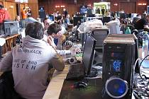 Od pátku do neděle mohli změřit své síly hráči ze všech koutů republiky v druhém ročníku Creontech LAN party II. Přišla jich rovná stovka.