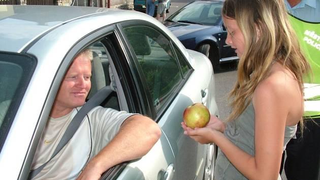 Šoféři, kteří jeli vzorně, obdrželi od dětí jablko. Hříšníci dostávali citrony.