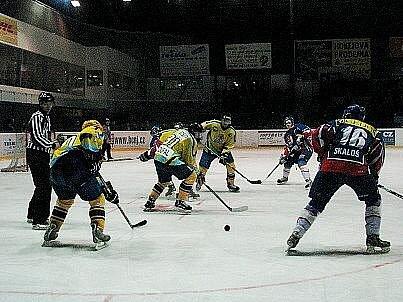 Hokejisté Nového Jičína (v modrém) porazili HC Zubr Přerov 4:1.