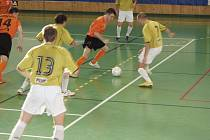 Hráči Jistebníku (v oranžových dresech) jsou i letos ve finále futsalové ligy.