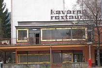Komplex budov na ulici Obránců míru  a Školní chce kopřivnická radnice již několik měsíců prodat. Soutěž na prodej kavárny i pošty bude zrušena, záležitost totiž šetří policie.