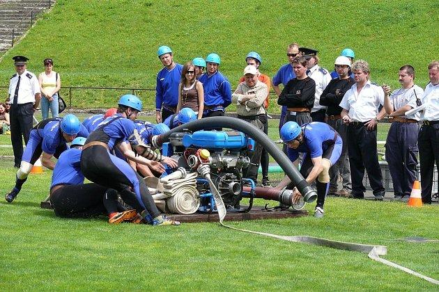 Nový Jičín hostil o víkendu okresní finále v požárním sportu. V něm nakonec na nejvyšší příčku pomyslných stupnňů vítězů vystoupali muži z Mniší (na snímku) a ženy z Tísku.