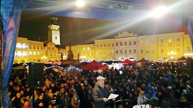 Akce Deníku Česko zpívá koledy na Masarykově náměstí v Novém Jičíně, středa 12. prosince 2018.