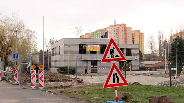 Nové parkoviště se čtyřiceti parkovacími místy v blízkosti Komerční banky má být hotové v červenci.