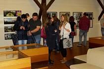 Skupina dvanácti fotografů představila svou tvorbu v kopřivnickém Muzeu Fojtství.