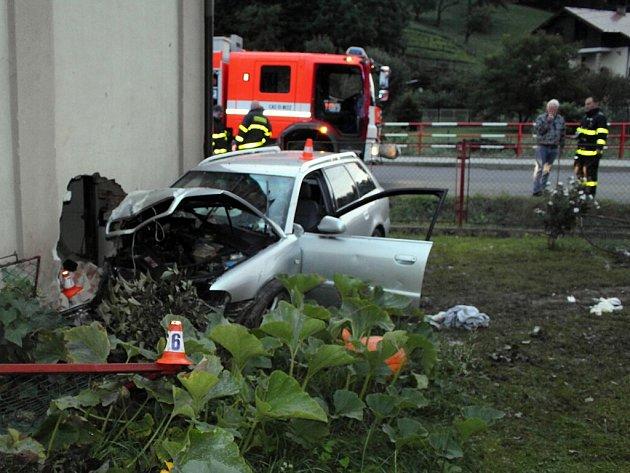 Dopravní nehoda v obci Životice. Osobní auto narazilo do zdi rodinného domu.