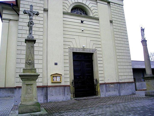 Socha Krista v Bernarticích nad Odrou, z níž neznámý zloděj odcizil pozlacené kovové pláty.