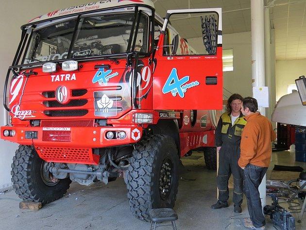Aleš Loprais se chystá na svůj další závod Rallye Dakar.  Ve středu 21.listopadu proto za přítomnosti médií a nejužšího týmu spolupracovníků posílá veškerou závodní techniku do Francie.