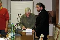 Zastupitel Květoslav Wiltsch skádá slib. Ilustrační foto.