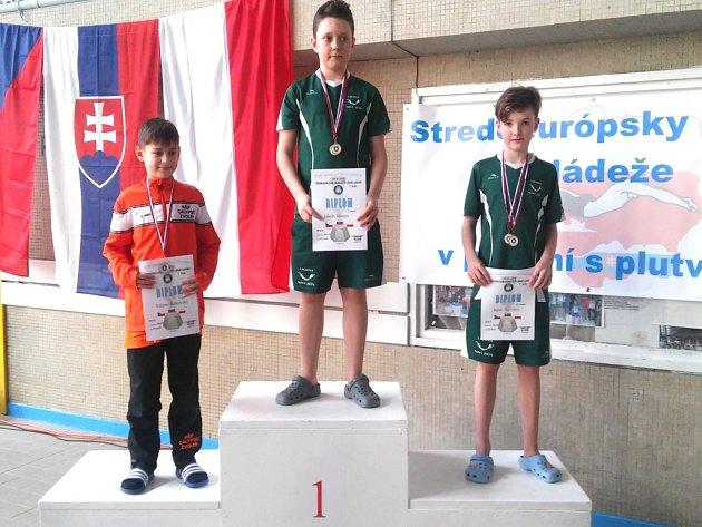 Ploutvařské naděje Laguny (uprostřed Jakub Mizera, vpravo René Novotný) zahájily úvodním kolem ve Zvolenu letošní ročník Středoevropský pohár mládeže.