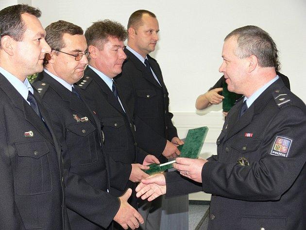 Za věrnost byli oceněni příslušníci Policie České republiky okresního ředitelství v Novém Jičíně. Celkem bylo vyznamenáno dvacet pět mužů zákona.