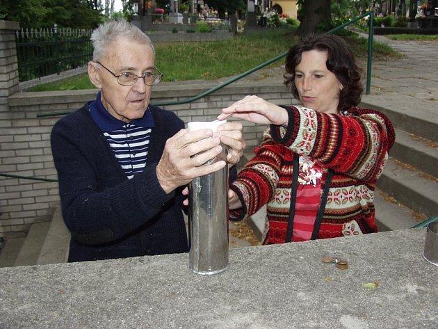 Pořádně překvapeni byli před pár dny klempíři, kteří opravují báň kostela svaté Máří Magdalény v Pustějově.