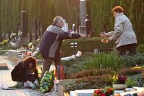 Lidé si na hřbitovech připomněli památku svých blízkých.