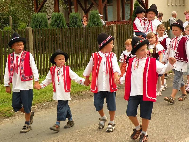 Dožínkový průvod v Závišicích na Novojičínsku