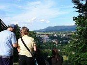 Socha Radegasta je vděčným objektem malých i velkých turistů.