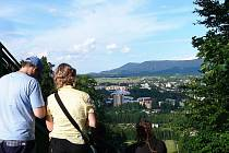 Pohled od paty věže skokanského můstku na Frenštát pod Radhoštěm je okouzlující.