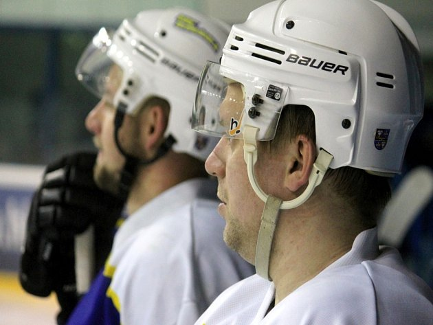 STUDÉNEČTÍ hokejisté nadále loupí po cizích stadionech, když výhra na ledě Českého Těšína byla již jejich osmou v sezoně.