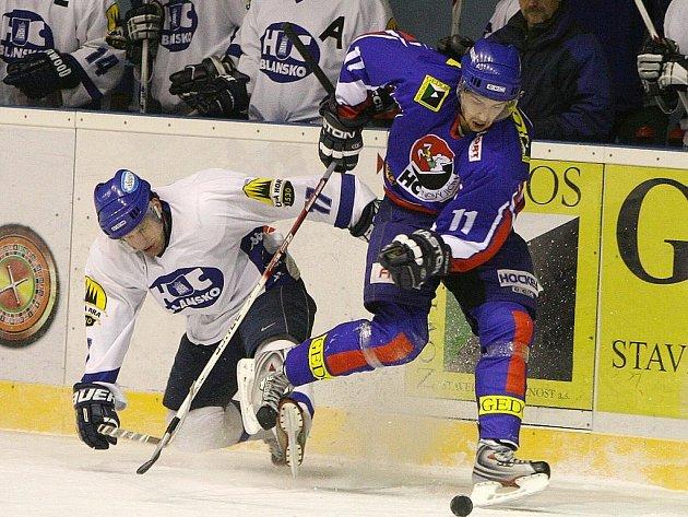 Martin Kabeláč z Nového Jičína (vpravo) v souboji o puk s Michalem Lagou z Blanska v utkání druhé ligy, skupiny Východ.