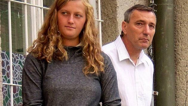 Petra Kvitová se svým otcem Jiřím při příležitosti otevření nového hřiště ve Fulneku.