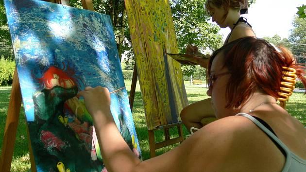 Po celý minulý týden tvořili v zámeckém parku v Bartošovicích studenti z umělecké školy z Ostravy.