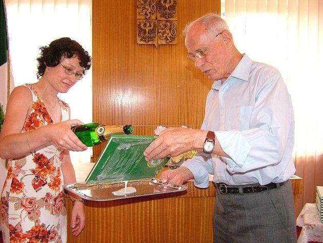 Podle spálovské starostky Marie Flodrové (vlevo) přispěly k ocenění obce v soutěži Vesnice roku i publikace, které Spálov vydává. Jednou z nich byla vloni pokřtěná kniha Nářečí Spálovska, kterou sepsal místní rodák Antonín Ondřej (vpravo).