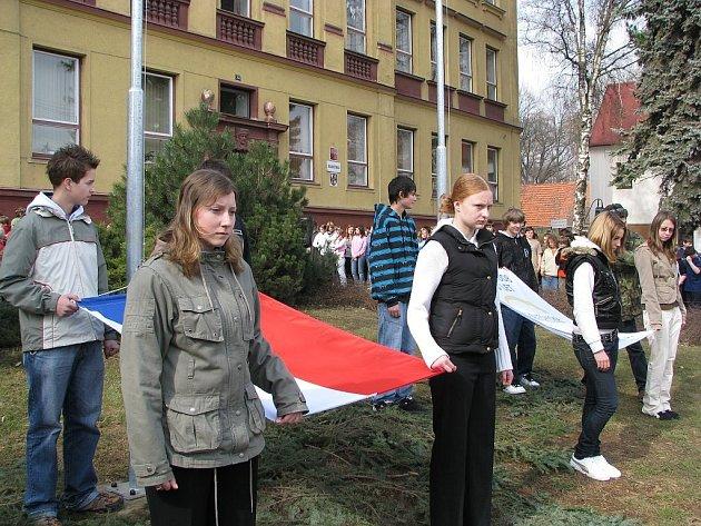 Sto let od zahájení výuky připomínala i nová vlajka s logem školy.