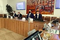 Setkání zabývající se likvidací Dolu Frenštát inicioval i tentokrát Lukáš Černohorský, poslanec za Piráty (druhý zprava). Po jeho levici sedí poslanec za ODS Jakub Janda z Frenštátu pod Radhoštěm.