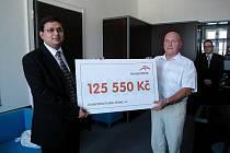 Zástupci společnosti ArcelorMittal Frýdek-Místek předali symbolický šek na 125 550 korun do rukou místostarosty Nového Jičína Vladimíra Bárty. Peníze poputují rodinám postiženým povodněmi.