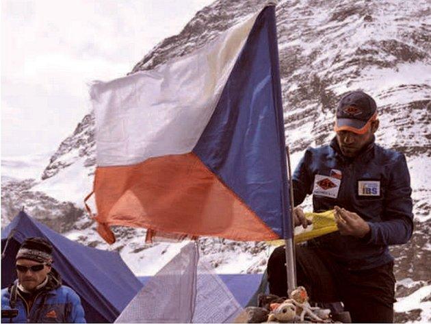 Vztyčení české vlajky expedici symbolicky odstartovalo.