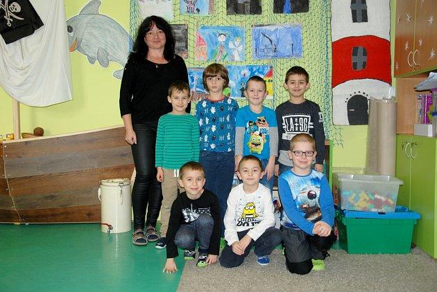 Chlapci zprvní třídy ze základní školy vJistebníku společně střídní učitelkou Ivou Součkovou.