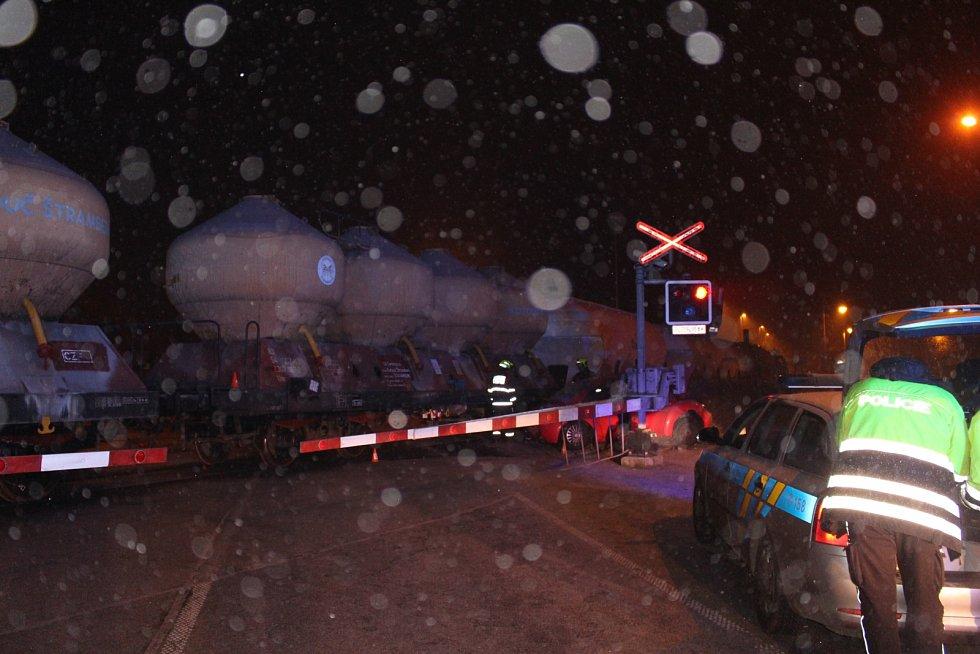Dramatické chvíle zažívala v úterý 3. prosince devětadvacetiletá řidička vozu VW New Beetle, která na červenou vjela na železniční přejezd v Příboře a pak jí na trati uvěznily závory.