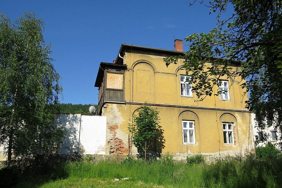 Bytový dům ve Slunečné ulici v Odrách by investoři časem rádi přiblížili jeho původní podobě.