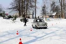 Slalom mezi kužely v jedoucím trabantu. To byla také jedna z neobvyklých soutěží, která účastníkům letošního srazu Trabanti na sněhu zpříjemnila sobotní dopoledne.
