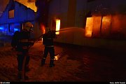 Hasiči bojovali s velkým požárem v Kopřivnici.