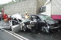 Při střetu tří osobních aut a dvou nákladních byli dva lidé těžce zraněni.