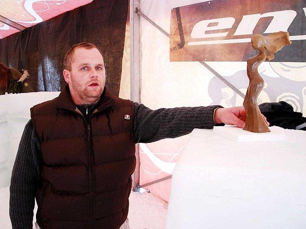 Jaroslav Holec s dřevěnou maketou sochy Vítr ve vlasech, kterou vytesal do ledu.