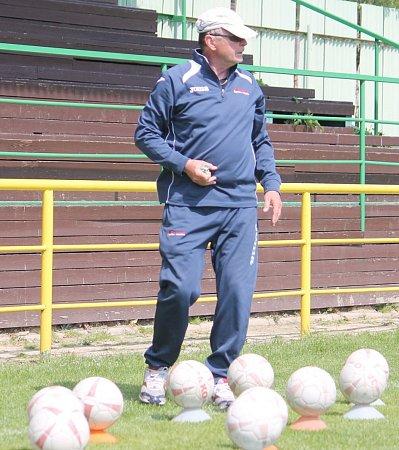 Československý reprezentant Libor Radimec má mladým fotbalovým nadějím vBílovci co předávat.