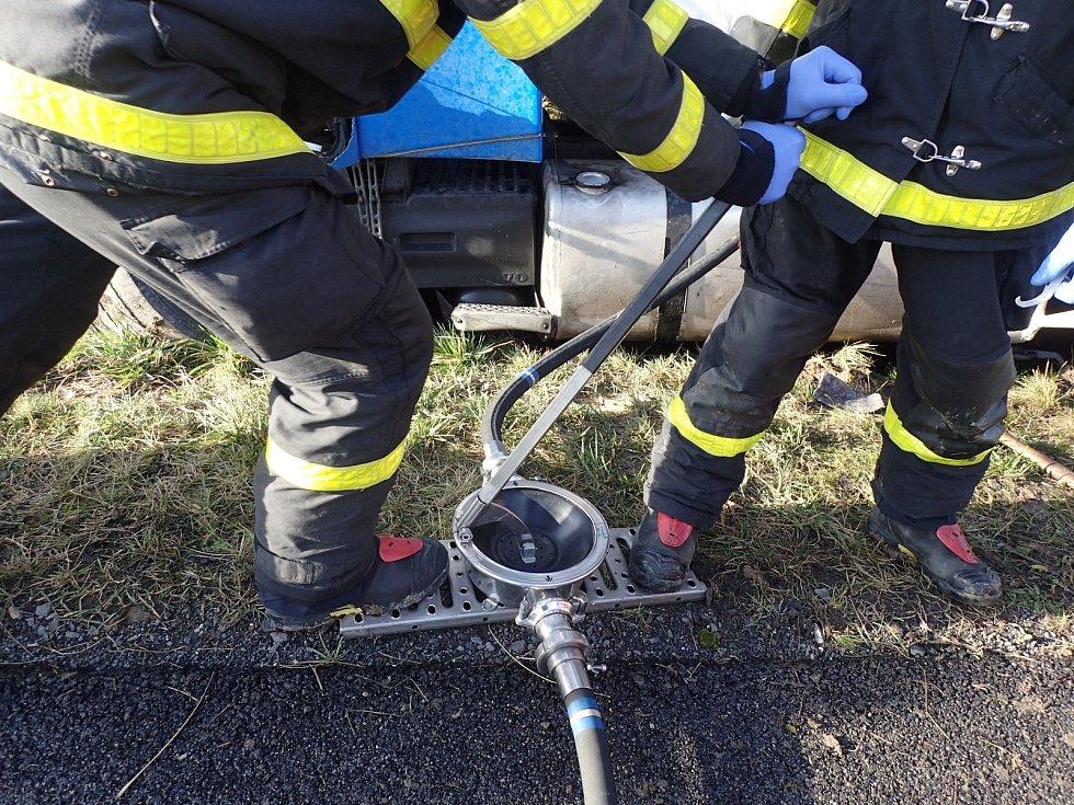 Zásah hasičů u tragické nehody u obce Stachovice na Novojičínsku.