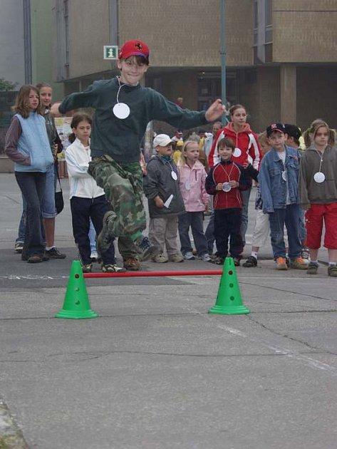 V netradiční olympiádě v Kopřivnici si děti mohly vyzkoušet skok s kufrem, sáně-lyže-lodičky či vozíčky.
