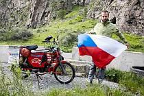 Česká vlajka v gruzínských horách. Filip Tomášek dojel po devětadvaceti dnech na babettě z Pustějova do Gruzie.