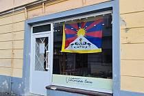 Vlajky pro Tibet na domech v Příboře.