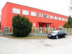 Budova Mateřské školy v Kuníně požadavkům rodičů zdaleka nestačí.