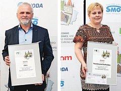 Libor Helis (na snímku vlevo), starosta Oder, s cenou za 2. místo pro Město pro byznys v Moravskoslezském kraji. Vpravo Iva Vašendová, vedoucí Odboru vnitřních vztahů Městského úřadu Frenštát pod Radhoštěm s cenou za 3. místo.