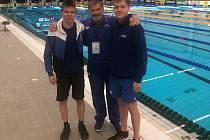 Novojičnští plavci s trenérem Pernou. vlevo Šimon Vavřín, vpravo David Koutný