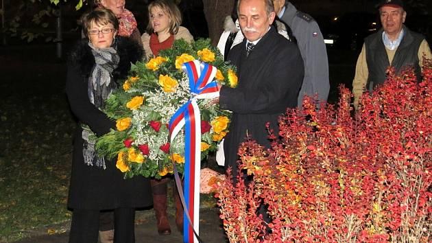 Položením kytic a věnců a lampionovým průvodem uctili v pátek 9. listopadu v Příboře památku válečných veteránů a padlých ve světových válkách.